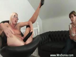 Mature spex plays with dildos