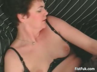 Mature slut having great pussy fisting part4