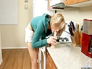 Dee Dee In The Kitchen